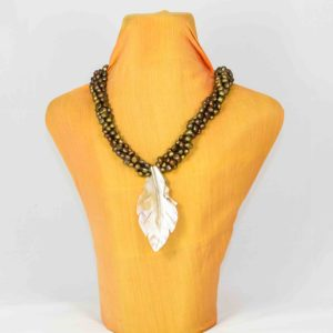 collar de perlas naturales marrones con colgante de nácar 01 iroiroart.com