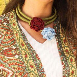 Collar de flores de tela rojo y celeste