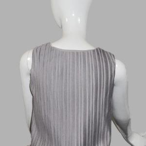 Top plisado gris