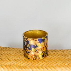 Pulsera morada de metal con flores