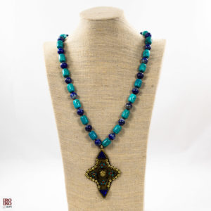 Collar de lapislázuli y turquesa con colgante de bronce 02 iroiroart.com