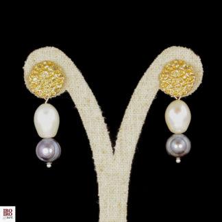 Pendientes de perlas blancas y grises