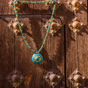 Collar largo de perlas doradas y turquesas