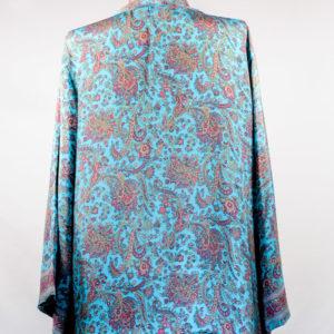 Kimono de seda celeste y flores rosas