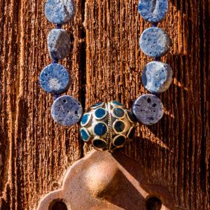 collar de coral azul y pieza Kuchí 05 iroiroart.com