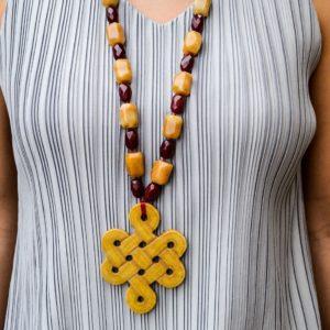 Collar largo de jade amarillo ágatas con nudo eterno