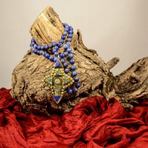 Collar largo de lapislázuli y colgante nepalí