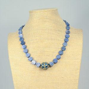 Collar de coral azul con pieza Kuchí 01 iroiroart.com