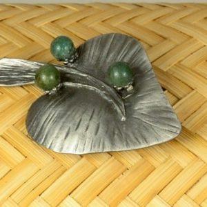 Broche hoja de metal y ágatas verdes