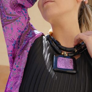 Collar de resina negro, rosa, y dorado 01 iroiroart.com