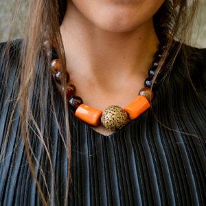Img-collar-de-ágatas-marrones-con-Coral-naranja-y-bronce-01-iroiroart.jpeg