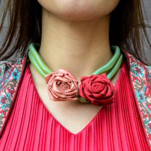 Collar de flores de tela rojo y rosa