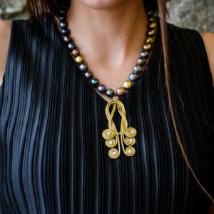 Collar de perlas y colgante de oro vegetal